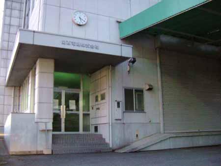 関西電機の建物のドアを見る