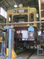 [広島電鉄900形電車]913号車 台車が整備中で車体が持ち上げられている