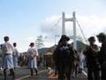 """豊島大橋(アビ大橋)にいる""""みこし""""と人々"""