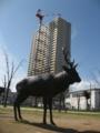 [東千田公園]鹿のオブジェと集合住宅