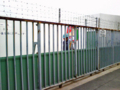 [新広島市民球場][工事見学スペース]柵越しに閉鎖作業をされた作業員さん