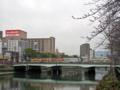 [荒神橋]広島電鉄電車とトラックなど自動車が渡る
