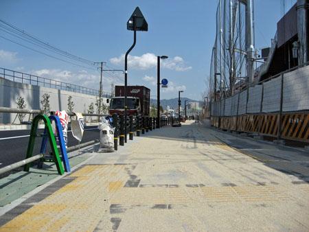 北側の道路 駐車場出入口横断歩道から広島貨物ターミナル方面を望む