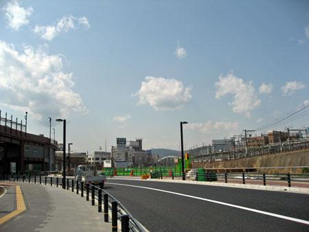 北側の道路 駐車場出入口横断歩道からJR広島駅(荒神陸橋)方面を望む