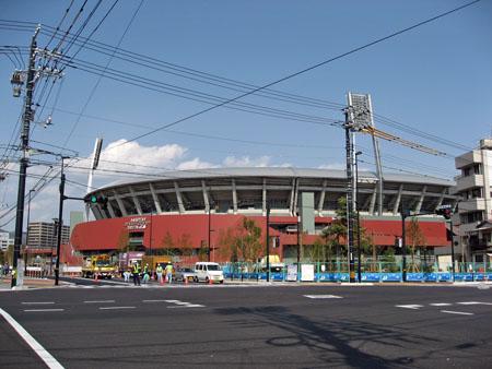 """""""大州通り""""「球場前(西)」交差点から新広島市民球場を望む"""