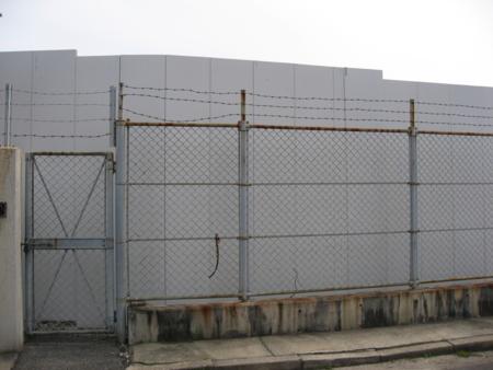 """""""工事見学スペース""""に隣接した掲示板は撤去"""