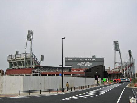 広島貨物ターミナル駅トラック出入口横から新球場を望む