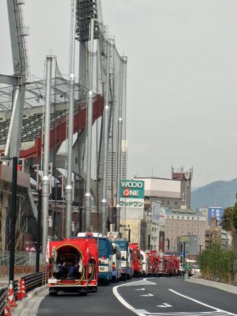 北側で待機している消防・警察の車列