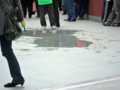 [新広島市民球場]コンコースと歩行者用スロープ前の広場には水たまりが…