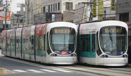 """行き交う5109編成""""カープ電車""""(左)と5110編成(右)"""