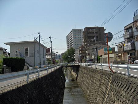 """""""第二櫻橋より上流の通路""""から""""第二櫻橋""""を望む"""