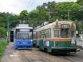[広島電鉄800形電車][広島電鉄1900形電車]803号車(左)・1912号車(右)