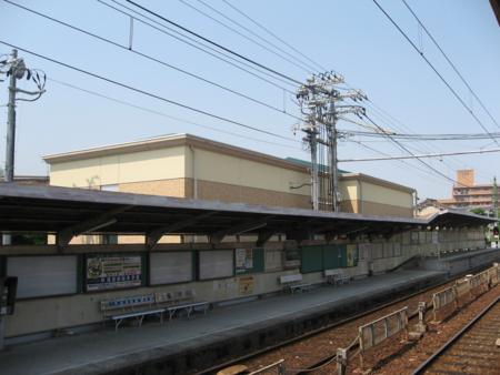 広電廿日市駅広電西広島方面ホームと廿日市変電所