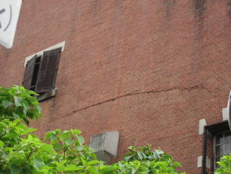 中間の棟 壁に走る亀裂