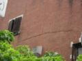[旧広島陸軍被服支廠]中間の棟 壁に走る亀裂
