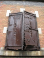 [旧広島陸軍被服支廠]被爆によるのか長年の放置によるのか分からない腐食した鉄扉