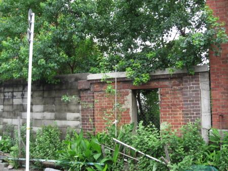 中間の棟と南の棟の間にあるブロック塀と残っているレンガ塀