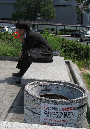 """""""喫煙禁止""""地区なのに無視して煙草の煙を吐く人"""