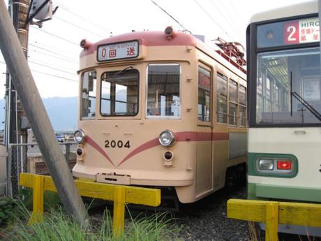 2004号車(左)