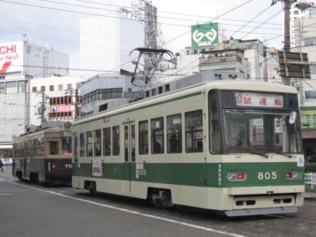 772号車(左・奥)・805号車(右・手前)