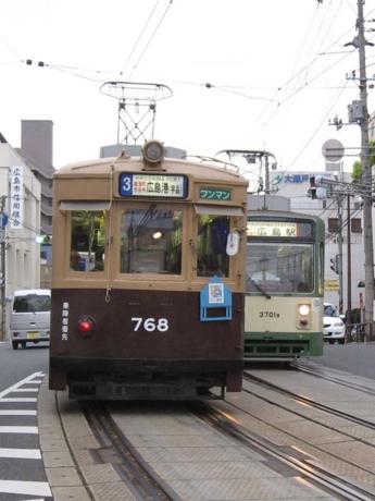 768号車(左)・3701編成(右)
