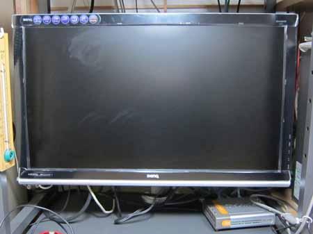 モニターポールで24型LCDワイドディスプレイの設置状況