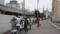 千田車庫の敷地沿いに並ぶ人々