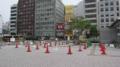 [旧広島市民球場]南側にパイロンとバーで何とか確保した点字ブロックのスペース