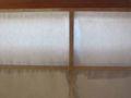 [障子]桟の上の障子紙にスポンジに水を含ませて湿らせる