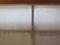 桟の上の障子紙にスポンジに水を含ませて湿らせる