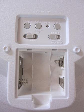 電波アナログ壁掛け時計 IQ-1050NJ-7JF 電池取付部