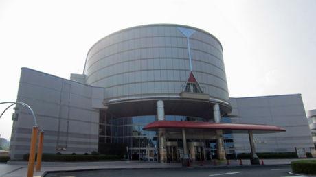 駐輪場から見た広島市交通科学館の建屋