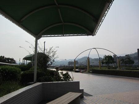 西側広場のベンチと屋根