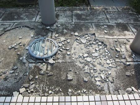 破損している屋外広場