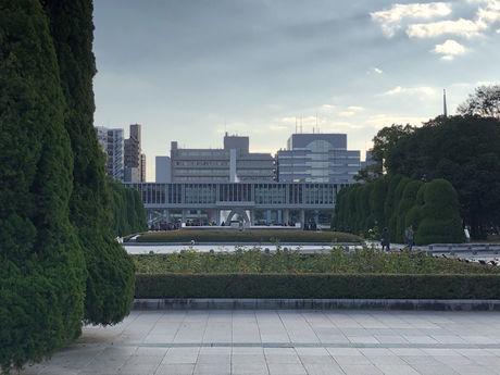 平和記念公園 北から見る「平和の灯」「平和記念資料館」