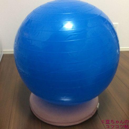 円座クッションの上にバランボールを乗せたところ