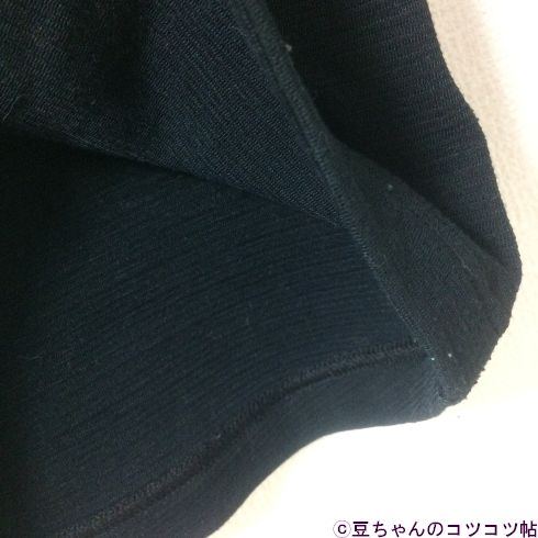 黒シャツの裾をめくった画像