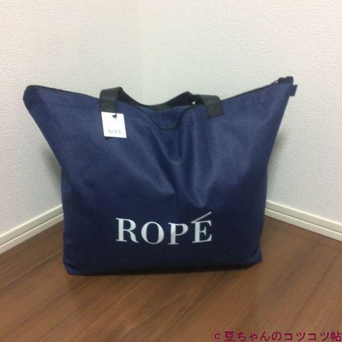 ROPEという白いロゴが入った紺色のトートバッグが床の上に置かれている画像