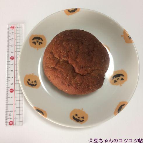 丸いパンが皿に乗っている画像