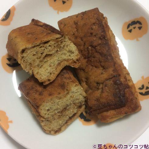 平べったいパンが皿に乗っている画像
