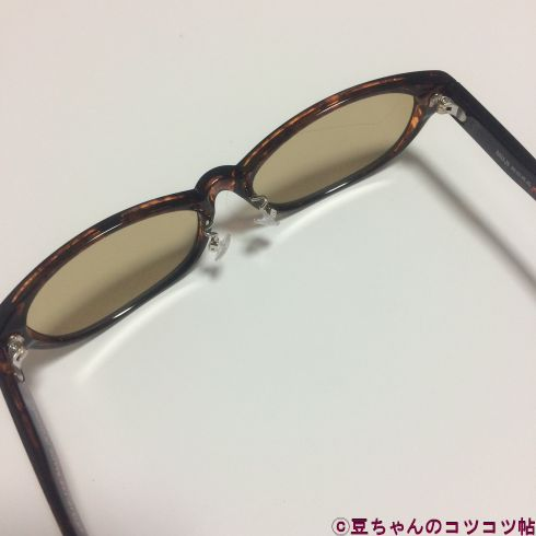 つるを開いた状態のサングラス