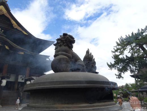善光寺にある獅子が乗った大香炉の画像