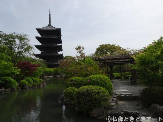 瓢箪池から見上げた五重塔の画像