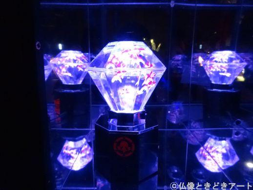 宝石のような形で、発光している大きな水槽