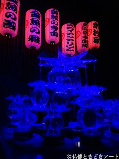 青くライトアップされた金魚鉢タワーの画像