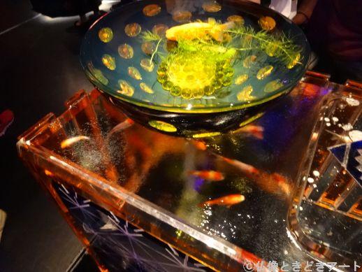 洗面台のボウルのような形の水槽を泳ぐ金魚の画像