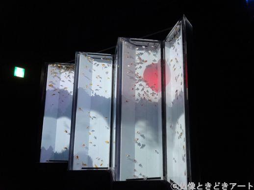 夕陽を投影した水槽型の屏風の画像