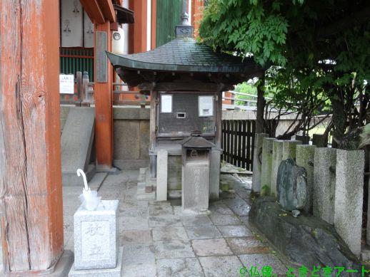 興福寺南円堂の横を撮影した画像