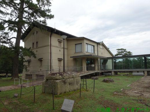 青銅器館の建物を撮影した画像