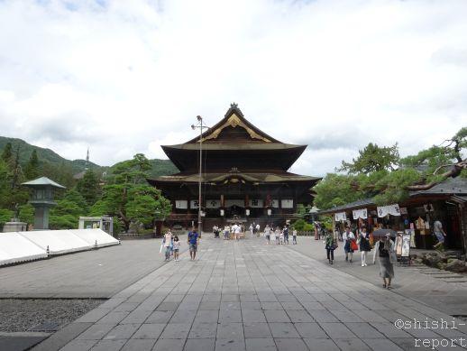 善光寺の本堂を山門付近から撮影した画像